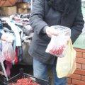 У Малині на базарі пенсіонер безкоштовно роздавав грона калини