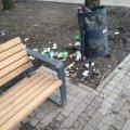 На реконструйованому сквері Польової сміття літає, а прибирати ніхто не має. ФОТО
