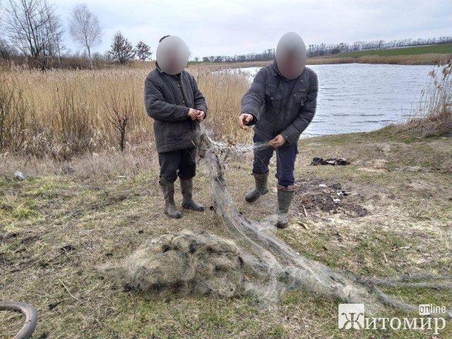 На Житомирщині небайдужий громадян викликав патруль на осіб, які ловили рибу сіткою