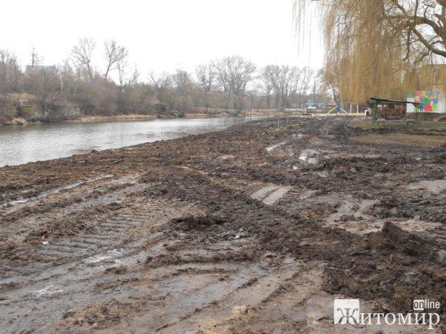 Як у Коростені розчищують русло річки Уж. ФОТО