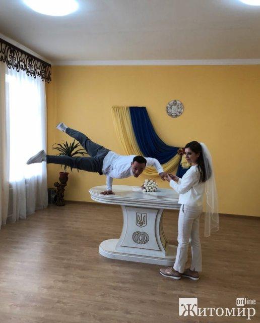 Після одруження в РАЦСі в Новограді-Волинському молодята показали акробатичні трюки. ФОТО