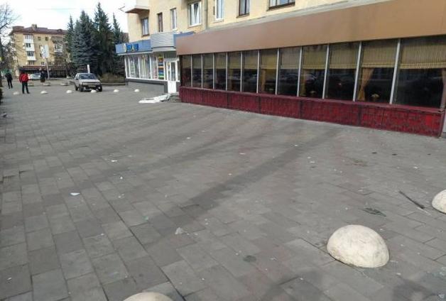 Сильний вітер пошкодив балкон у будинку в центрі Житомира. ФОТО
