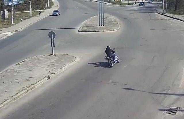 У Житомирі мотоцикл на величезній швидкості влетів у стовп: момент потрапив на відео