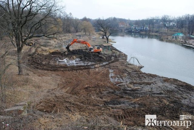 У Коростені, навпроти човнової станції, чистять річку. ФОТО