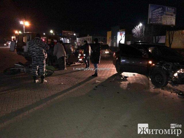На парковці біля Глобала в Житомирі мотоцикл врізався в авто. ФОТО