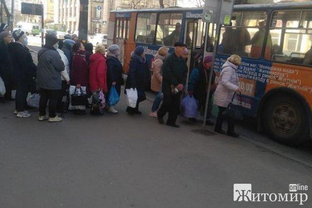 У Житомирі люди стають в черги, або потрапити до тролейбусу. ФОТО