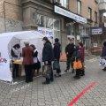 В Мелитополе прямо на улице власть организовала раздачу масок и перчаток