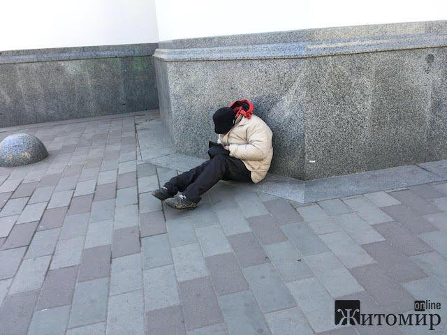 Самотній жебрак під Михайлівським собором у Житомирі. ФОТО