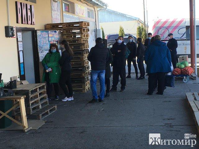 Житомиряни стоять в тісних чергах під магазинами. ФОТО