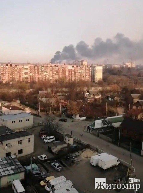 Відео, як у Житомирі горять військові склади