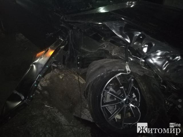 Нічний гонщик у Житомирі розтрощив Ford Mustang та втік з місця пригоди! ФОТО