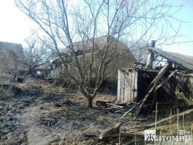 У селі Житомирської області вогонь з сухої трави перекинувся на дві хати та сарай. ФОТО