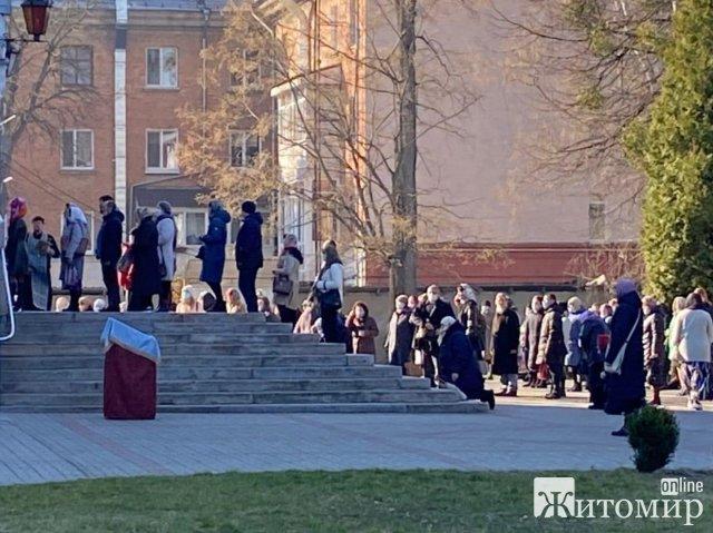 Біля Спасо-Преображенського собору в Житомирі скупчення людей з масками та без: прихожани знехтували ...