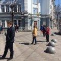 Житомиряни нарешті стали дотримуватися дистанції в чергах до магазинів. ФОТО