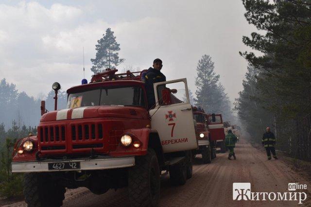 Десятки пожежних машин, чорний ліс та згорівші будинки - наслідки масштабної пожежі в Овруцькому районі. ФОТО