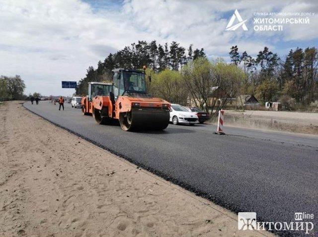На дорозі в напрямку Черняхова почали влаштовувати другий шар покриття. ФОТО