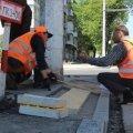 На Великій Бердичівській будівельники перекладають тактильну плитку, яка вела в бетонний стовп.ВІДЕО