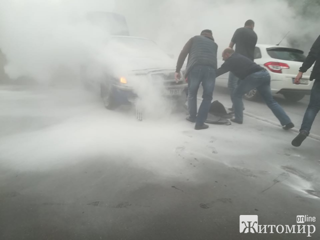 У Житомирі під час руху спалахнуло авто! ФОТО