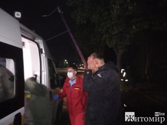 """У Житомирі легковик зніс електоопору через """"невидиму огорожу"""" на дорозі! ФОТО"""