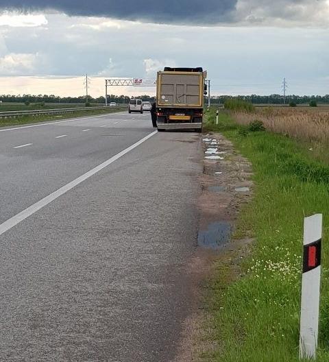 На трасі у Житомирській області Mercedes в'їхав у вантажівку