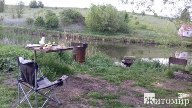 З'явилися фото з подій масового кровавого вбивства рибалок під Житомиром. ФОТО