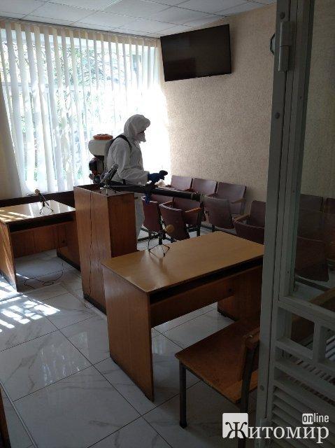 У Коростишеві рятувальники провели дезінфекцію житлового фонду та вулиць міста. ФОТО