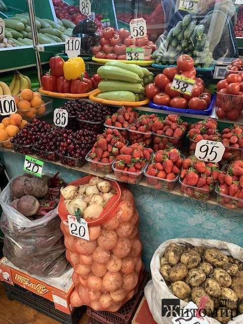 У Житомирі вже продають перші цьогорічні українські черешні. ФОТО