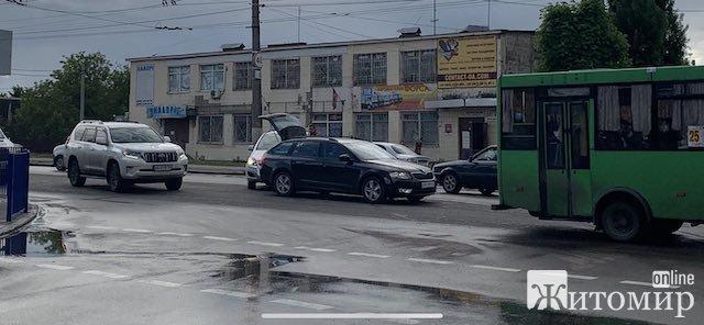 """Біля """"Епентру"""" у Житомирі - аварія. ФОТО"""