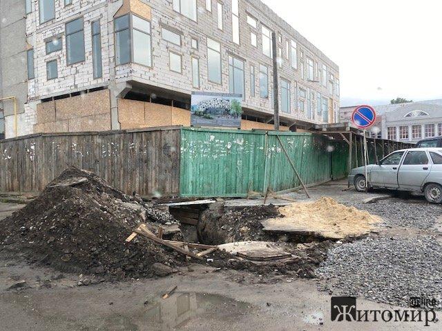 У центрі Житомира біля пішохідної вулиці на всіх чекає небезпека. ФОТО