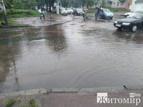У Житомирі затопило перехрестя. ФОТО