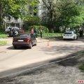На регульованому перехресті в Житомирі зіткнулися два легковики, один з яких вилетів на тротуар