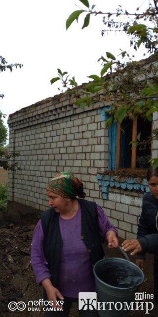 У селі Любарського району згорів будинок: без житла лишилися 11 осіб. ФОТО
