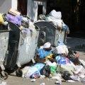 Жителі однієї з житомирських вулиць скаржаться, що сміття з контейнерів летить їм у вікна