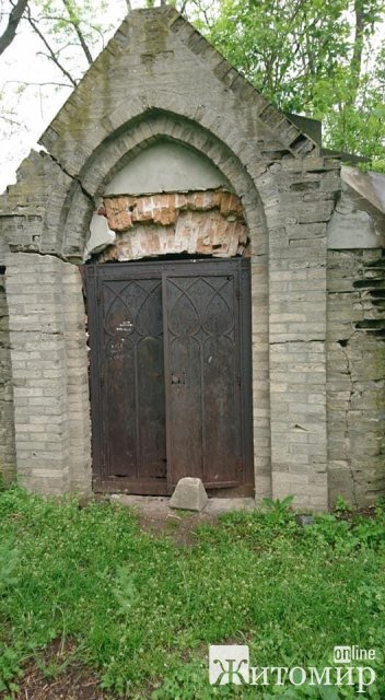 У Радомишлі старовинне кладовище не числиться ні у кого на балансі та не прибирається. ФОТО