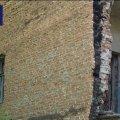 У центрі Житомира цегла з напівзруйнованого будинку падає просто на вулицю