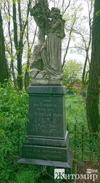 Жителька Радомишля повідала цікаву історію про пам'ятник дівчинці Бузетті на польському кладовищі. ФОТО