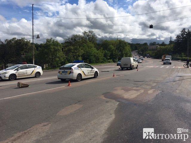 Фіат на шаленій швидкості злетів з гори: ДТП перед бердичівським мостом у Житомирі. ФОТО