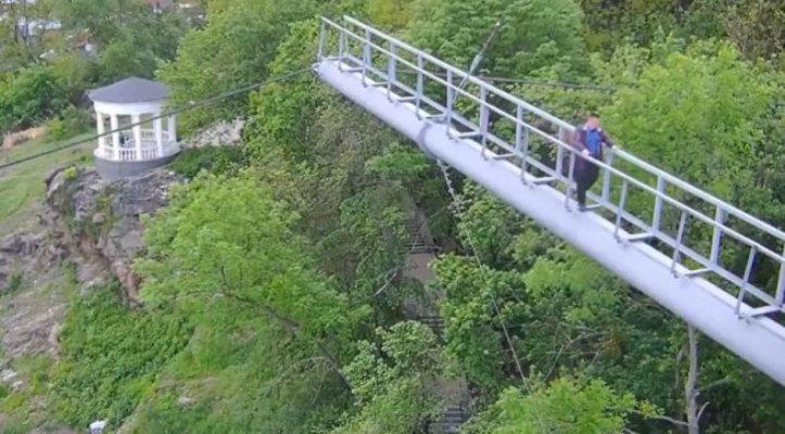 Захотілося гострих відчуттів: у Житомирі чоловік гуляв за перилами пішохідного мосту