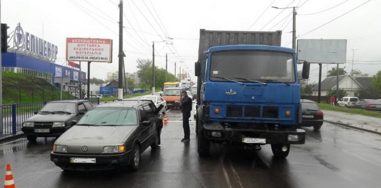 На Київському шосе у Житомирі МАЗ в'їхав у Volkswagen