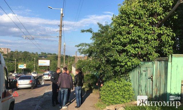 У Житомирі біля Чуднівського мосту автомобіль збив жінку. ФОТО