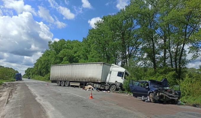 У Новограді-Волинському Renault виїхав на зустрічку і «влетів» у DAF: водій та пасажирка легковика отримали травми