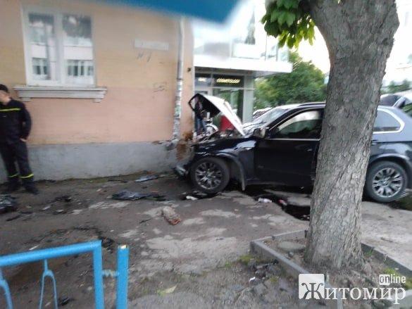 У Житомирі джип на шаленій швидкості влетів в дерево та будинок. ВІДЕО. ФОТО