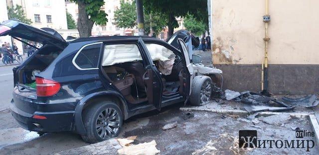 Нове відео з аварії, у якій БМВ знесло дерево у Житомирі. ВІДЕО