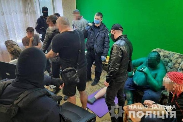 Жертвы садиста-блогера из Бердичева: Откажешься сырую курицу схавать или сесть на огурец - начнет из ...
