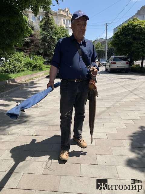 В центрі Житомира пройшли рибалки із супер здобиччю. ФОТО