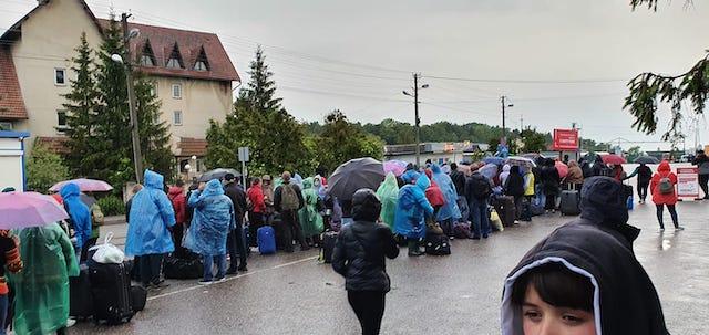 """На пешем переходе """"Шегини"""" люди стоят в очереди в Польшу уже почти сутки"""