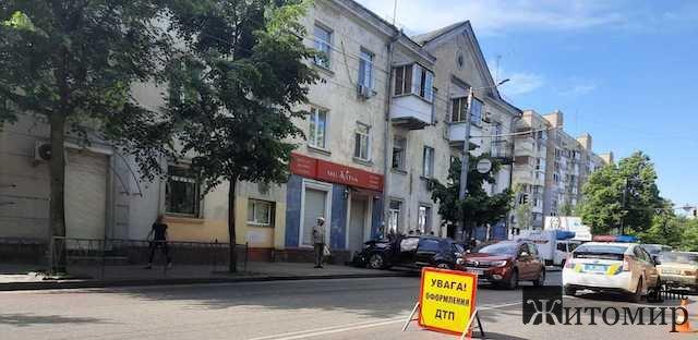 Ранкова ДТП у Житомирі - авто викинуло на тротуар. ФОТО. ВІДЕО