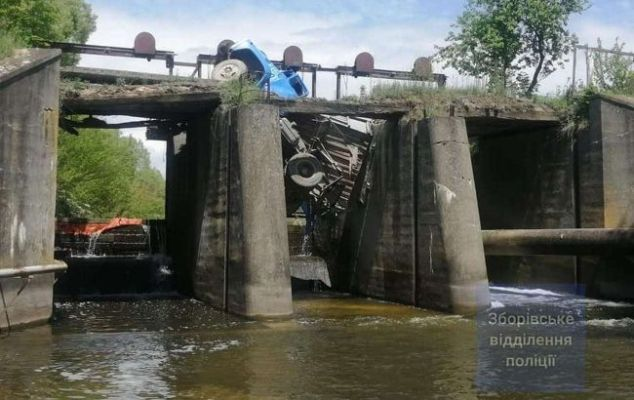 Під Тернополем обвалився міст разом з автомобілем: вантажівка зависла у повітрі. ФОТО