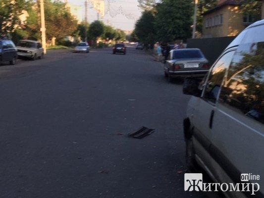 Дивна та безглузда аварія на вулиці Івана Сльоти у Житомирі. ФОТО