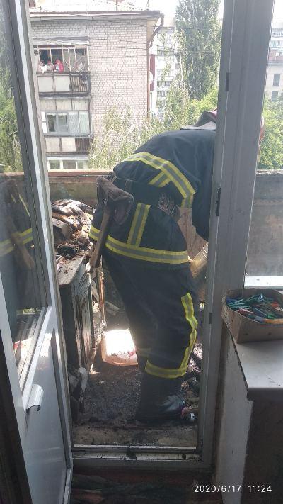 В Коростені сталася пожежа на балконі через цигарку. ФОТО